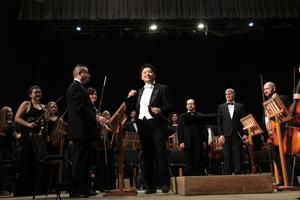 指揮者の永峰大輔が、ウクライナのチェルニーヒウフィルハーモニー交響楽団の定期演奏会でスタンディングオベーションの大成功。